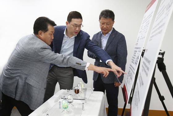 구광모 ㈜LG 대표가 지난 8월 대전 LG화학 기술연구원을 방문해 연구개발 책임자들과 논의하고 있다. [사진 LG]