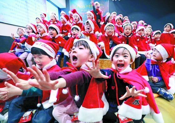 """'메리 크리스마스"""" 천사들의 합창"""