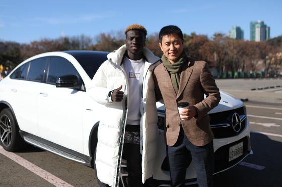 한국에 축구 유학 온 남수단 청년 마틴 사위가 한국 축구 영웅 이영표와 만났다. [사진 축구사랑나눔재단]
