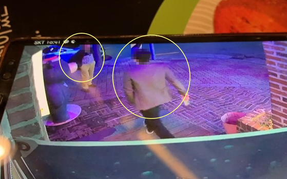 지난 20일 강원 속초시 교동의 한 주점 앞에서 속초시의원(오른쪽 노란색 원)과 시민 사이에 발생한 폭행 사건 모습. [시진 시의원 제공 동영상 캡처]