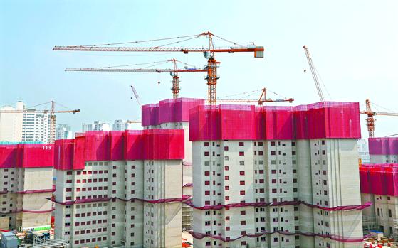 """건설현장에서 전기공사를 분리하도록 한 전기공사업법에 대해 건설업계의 불만이 커지고 있다. 업계는 ' 시공효율이 떨어 진다""""고 주장한다. [연합뉴스]"""