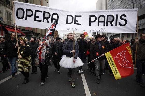 파리오페라 발레단 단원들이 연금개혁안에 반대하는 집회에 참가하는 모습. [EPA=연합뉴스]