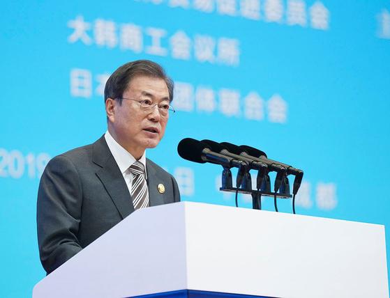문재인 대통령이 24일 중국 쓰촨성 청두 세기성 박람회장에서 열린 제7차 한중일 비즈니스 서밋에 참석해 기조발언하고 있다. [청와대 제공]