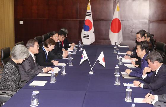 문재인 대통령과 아베신조 일본 총리가 24일 중국 쓰촨성 청두 세기성 샹그릴라호텔에서 한일정상회담을 가졌다. [연합뉴스]