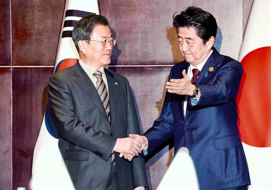 문재인 대통령이 24일 오후 중국 쓰촨성 청두에서 아베 신조 일본 총리를 만나 악수하고 있다. 청와대사진기자단.