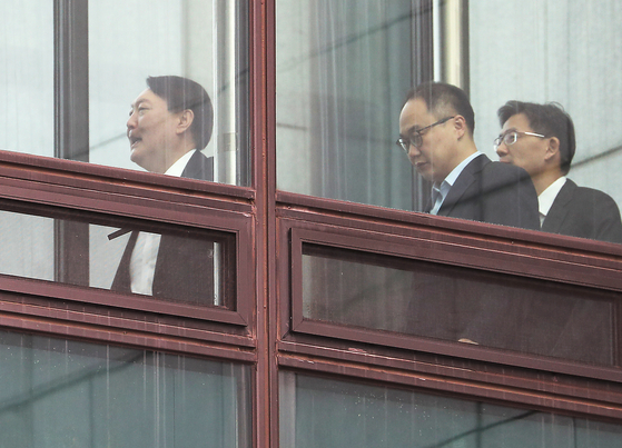 윤석열 검찰총장(왼쪽)이 지난 23일 서초동 대검찰청에서 점심식사를 위해 이동하고 있다. [연합뉴스]