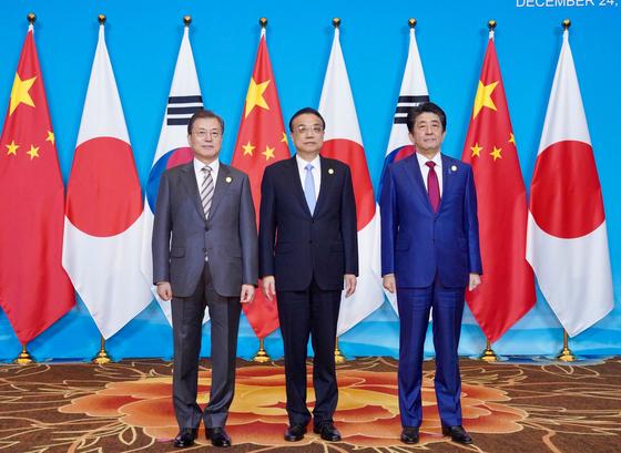 문재인 대통령과 아베 일본 총리, 리커창 중국 총리가 24일 쓰촨성 청두 세기성 국제회의센터에서 3국 정상회의에 앞서 기념촬영을 하고 있다. [사진 청와대 페이스북]