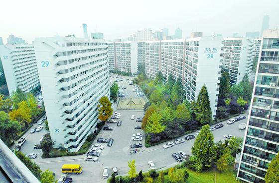 대책 이후 서울 은마아파트에서 호가를 낮춘 급매물이 한두개씩 나오고 있다. [뉴스1]