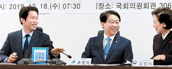 민주당 이인영 원내대표(왼쪽부터)와 조정식 정책위의장, 김현미 국토교통부 장관이 지난 18일 당정협의에서 건설 경기 관련 대화를 하고 있다. [연합뉴스]