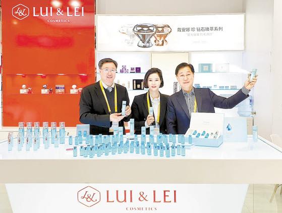 중국공소그룹 장금성(맨왼쪽) 회장과 김시은(가운데) 대표.
