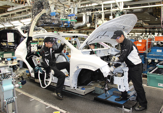 일본 도요타자동차의 기타큐슈 미야타 공장에서 작업자들이 차체를 조립하고 있다. 이동현 기자