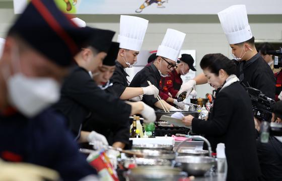 지난달 7일 오후 대전 육군종합군수학교에서 열린 '2019 찾아라 軍급식왕' 대회에 참가한 군인들이 실력을 겨루고 있다. [연합뉴스]