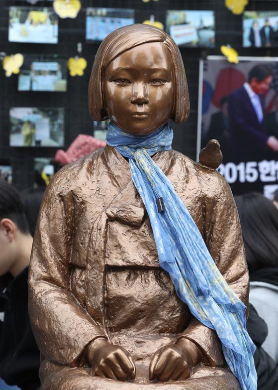 지난 10월 16일 오후 서울 종로구 옛 일본대사관 앞에서 열린 제1410차 일본군 위안부 문제 해결을 위한 정기 수요집회에서 소녀상이 시민들이 입혀준 목도리를 하고 있다. [뉴스1]