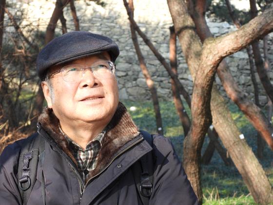 원로 조경학자인 이경재 서울시립대 명예교수가 서울 남산 숲을 둘러보고 있다. 강찬수 기자