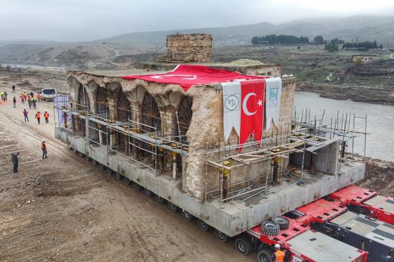터키 남동부 하산 케이프에서 CJ ICM이 운송하고 있는 고대 유적 엘 리스크 모스크. [사진 CJ대한통운]