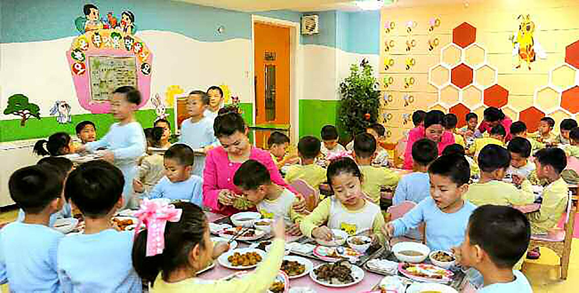 북한 노동당 기관지 노동신문은 26일 '1월8일 수산사업소'에서 평양 중등학원에 물고기를 보냈다고 보도했다. 북한에서는 부모가 없는 아이들을 연령대에 맞게 육아원, 애육원, 초등 및 중등학원에서 생활하게 하고 있다. 아이들의 식사 모습. [사진 노동신문=뉴스1]
