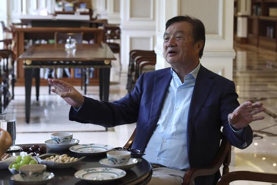 지난 8월 런정페이 화웨이 창업자 겸 CEO가 중국 선전의 본사에서 임원들과 대화하고 있다. [AP=연합뉴스]