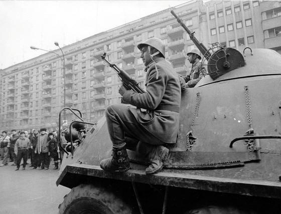 1989년 12월 루마니아 수도 부구레슈티에 기갑차량을 타고 출동한 군대. 이들은 시위대에 발포하라는 독재자 니콜라에 차우셰스쿠의 명령을 거부하고 시위대에 합류했다. 자유와 민주주의를 가져온 루마니아 혁명의 정점에 이른 순간이었다. [로이터=연합뉴스]