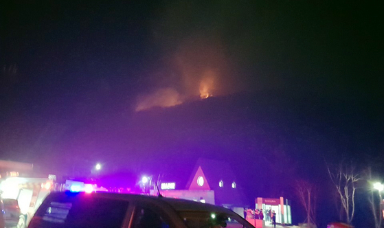 27일 오후 7시 57분께 울산시 울주군 신불산에서 화재가 발생했다. 소방당국이 진화 작업을 벌이고 있으나 야간이고 바람이 강해 어려움을 겪고 있다. [사진 울산경찰 제공]