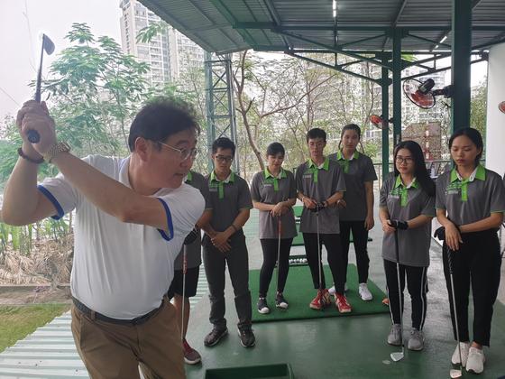 KPGA 프로이자 국가대표 감독 출신 설정덕 교수가 학생들을 지도하고 있다. 성호준 기자