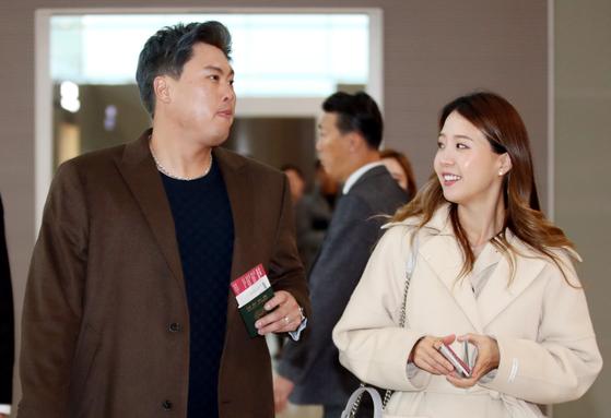 지난 25일 아내 배지현 씨와 출국하는 류현진. [뉴스1]