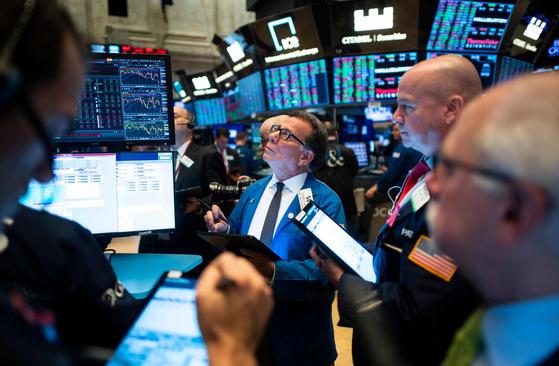 뉴욕 증권거래소(NYSE)에서 열린 개장 종을 앞두고 거래자들이 일하고 있는 모습. [AFP=연합뉴스]