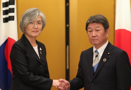 강경화(왼쪽) 외교부 장관과 모테기 도시미쓰 외무상. [뉴시스]