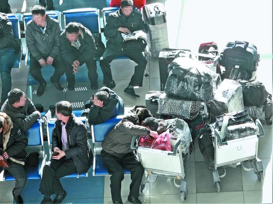 지난 23일 러시아 극동 연해주의 블라디보스토크 국제공항에서 북한 노동자들이 평양행 항공편을 기다리고 있다. 유엔 안보리 대북제재 결의 2397호에 따라 전 세계 모든 해외 파견 북한 노동자들의 송환 시한인 22일에 맞춰 러시아에서도 북한 노동자들의 철수가 이뤄지고 있다. [사진 강동완 교수]