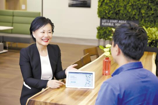 삼성화재 RC는 다양한 컨설팅 프로그램이 담긴 '알파랩'을 이용해 편리하게 고객 상담을 진행할 수 있다. 특허받은 가족력 컨설팅 시스템을 이용해 고객 상담을 하고 있다. [사진 삼성화재]