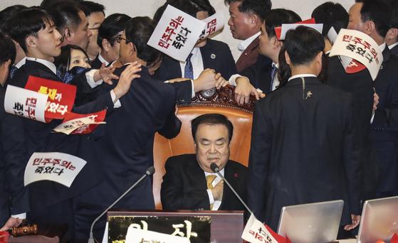 문희상 국회의장이 27일 열린 본회의를 주재하기 위해 의장석에 앉아 있는 도중 자유한국당 의원들의 항의를 받고 있다. 김경록 기자 / 20191227