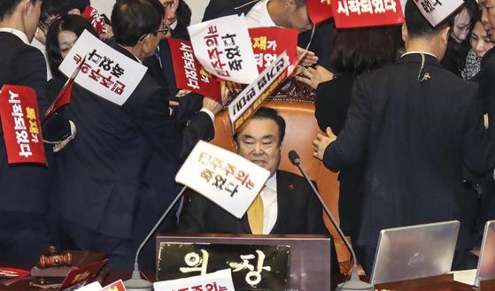 문희상 국회의장이 27일 열린 국회 본회의를 주재하기 위해 의장석에 앉아 있는 도중 자유한국당 의원들의 항의를 받고 있다. 김경록 기자