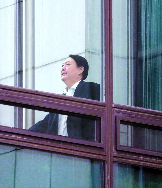 윤석열 검찰총장이 26일 오후 서울 서초동 대검찰청사에서 구내식당으로 이동하고 있다. 이날 대검은 입장문을 통해 '공수처에 대한 범죄 통보 조항은 독소조항'이라며 반대했다. [연합뉴스]