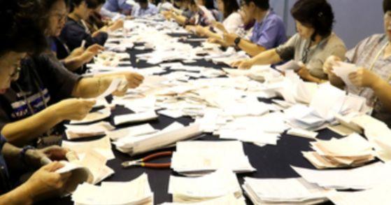 서울 서대문구 명지전문대 체육관에서 지난해 6.13 지방선거 개표작업이 진행되는 모습. 장진영 기자