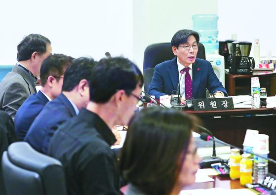 엄재식 위원장(오른쪽)이 지난 24일 원자력안전위원회에서 회의를 주재하고 있다. [연합뉴스]