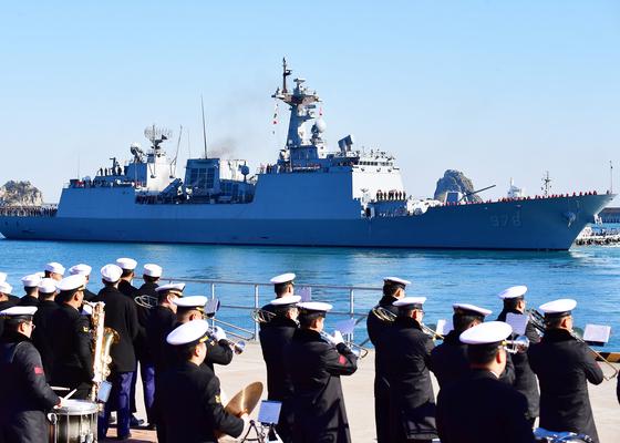 27일 부산작전기지에서 청해부대 31진 왕건함이 출항하고 있다.[사진 해군 작전사령부]