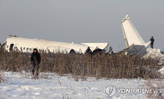 27일(현지시간) 오전 카자흐스탄 알마티 국제공항 외곽에 현지 항공사 '벡 에어'(Bek Air) 소속 여객기가 추락해 최소 9명이 숨졌다. [로이터=연합뉴스]