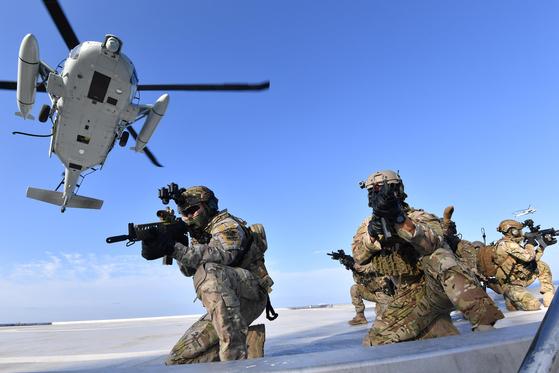 지난 8월 25일 독도를 비롯한 인근 해역에서 열린 동해 영토수호훈련에서 해군 특전요원(UDT/SEAL)들이 해상기동헬기(UH-60)로 독도에 내려 사주경계를 하고 있다. [연합뉴스]