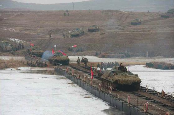 북한군 기갑부대의 겨울철 도하 공격훈련 [사진 노동신문]