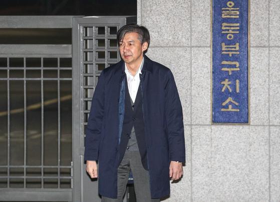 '감찰 무마' 의혹을 받는 조국 전 법무부 장관이 27일 오전 구속영장이 기각된 후 서울 송파구 동부구치소를 나서고 있다. [뉴스1]