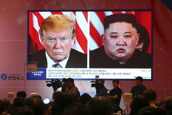 도널드 트럼프 미국 대통령과 김정은 북한 국무위원장 사진이 나란히 걸린 행사장. [AP=연합뉴스]