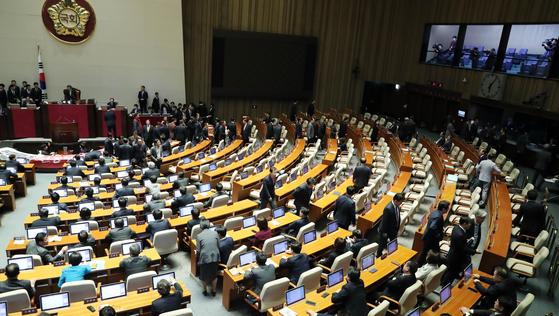 자유한국당 의원들이 27일 열린 본회의 도중 회의장을 빠져나가고 있다. 김경록 기자