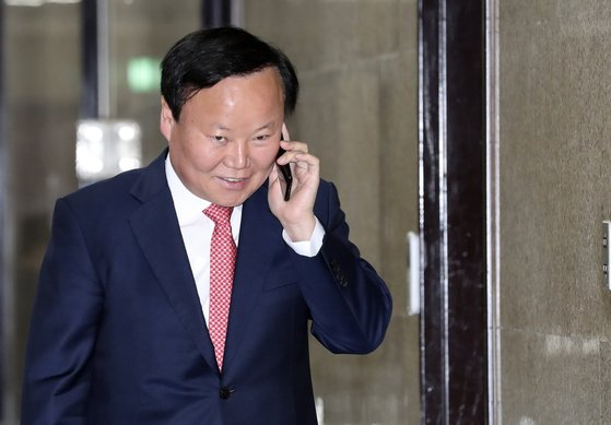 김재원 의원이 11월 14일 국회에서 전화 통화를 하며 걸어가고 있다. [중앙포토]