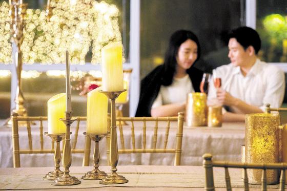 제주신라호텔이 제주의 겨울 낭만을 즐길 수 있는 다양한 프로그램을 마련했다. '하트워밍 와인파티'는 로맨틱한 분위기를 연출할 수 있어 연인에게 인기가 높다. [사진 제주신라호텔]