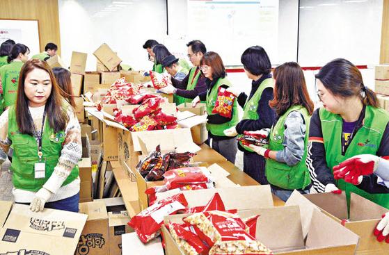 홈플러스는 소외계층 아이들에게 '나눔플러스 박스'를 만들어 전달했다. 서울 본사에서 임직원이 '나눔플러스 박스'를 만들고 있다. [사진 홈플러스]