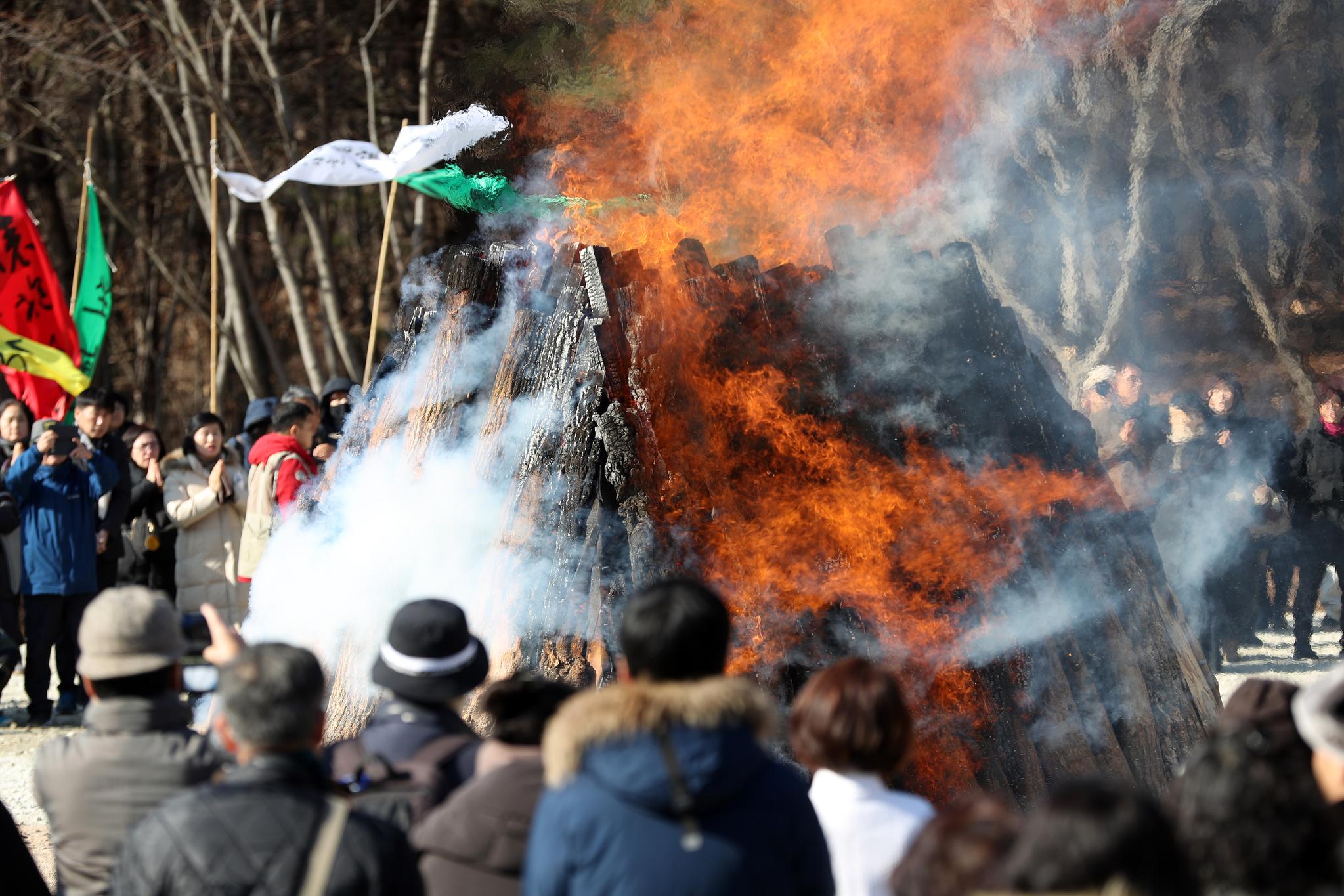 지난 24일 입적한 적명스님의 다비식이 28일 경북 문경시 봉암사에서 엄수되고 있다. [연합뉴스]