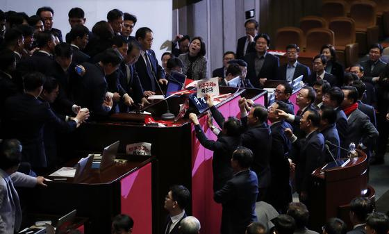 문희상 국회의장이 27일 국회 본회의장에서 본회의 개의를 선언하자 자유한국당 의원들이 항의하고 있다. [연합뉴스]