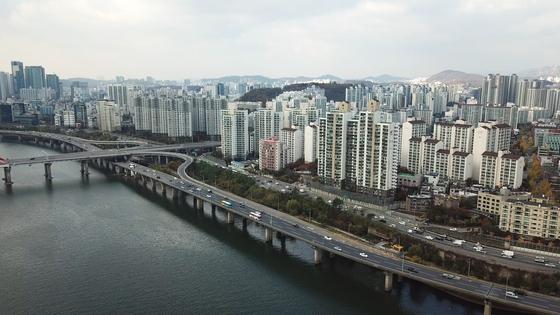 올해 주택시장은 상반기 주춤했다가 하반기 이후 급격히 오른 '상저하고' 움직임을 보였다. 서울 시내 전경 [중앙포토]