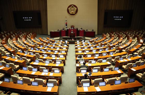 자유한국당 박대출 의원이 25일 오전 국회에서 열린 본회의에서 공직선거법 개정안에 대해 무제한 토론을 하고 있다.[연합뉴스]