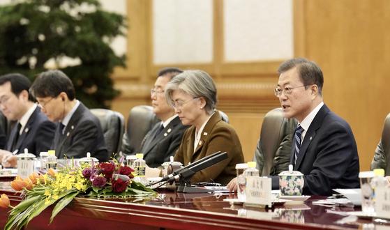 문재인 대통령이 23일 중국 베이징 인민대회당에서 시진핑 중국 국가주석과 정상회담을 하고 있다. 청와대사진기자단