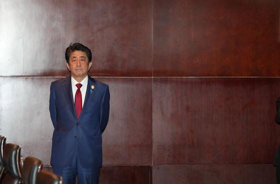 아베 신조 일본 총리가 24일(현지시간) 중국 쓰촨성 청두 샹그릴라 호텔에서 열린 한·일 정상회담에 참석해 문재인 대통령을 기다리고 있다. [청와대사진기자단]